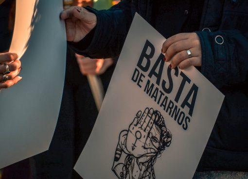 Un cartel expresa Basta de Matarnos en una marcha contra los femicidios